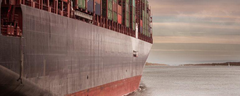 Desítky lodí uvízlo v Suezském průplavu